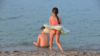 Little girl and boy playing in the sea — Stock Video
