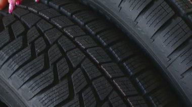 Female hand on a car tire. Close up — Vídeo stock