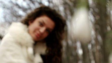 Portrét krásné ženy, zimní oblečení — Stock video