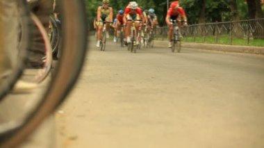 Peloton of bike racers passes the camera — Stock Video