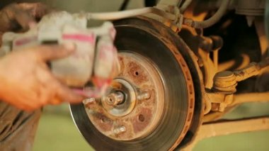 Mechanic operator with car brake disc — Stock Video