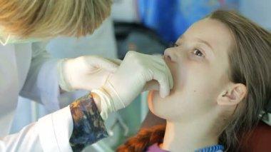 Niña y dentista — Vídeo de Stock