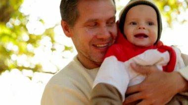Padre jugando con bebé — Vídeo de stock