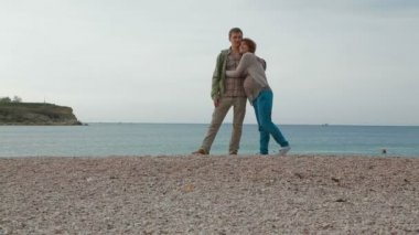 Pregnant mother and father at the seashore. — Stockvideo
