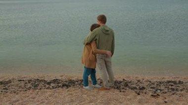 Szczęśliwa para w miłości z przyrodą nad morzem. — Wideo stockowe