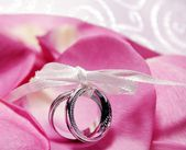 Rings and Roses — Stock Photo