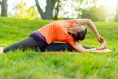 Chica meditando y haciendo yoga en las puestas de sol — Foto de Stock