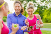 Friendship and fitness in the parc — Stock Photo