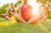 Group of 3 women doing yoga in nature — Stock Photo