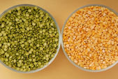 Green pea and yellow pea — Stock Photo