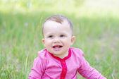 счастливый улыбающийся ребенок в лето на открытом воздухе — Стоковое фото