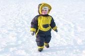 Bebé vestido caliente caminando en invierno — Foto de Stock