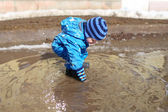 18 months baby playing in puddle — ストック写真