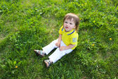 Baby boy sitting on grass in summer — Stock fotografie