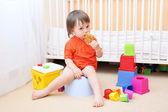 μωρό στο φαγητό του ασήμαντη μπισκότο — Photo