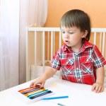 Baby målning med vax pennor hemma — Stockfoto #51189081