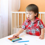 bebé pintar con lápices de cera en casa — Foto de Stock   #51189081