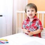 niño pintando con lápices de cera — Foto de Stock   #51189207
