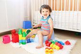 Bebê com brinquedos sentado no penico — Foto Stock