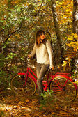 Woman posing with a bike — Stockfoto