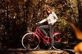 Femme posant avec un vélo — Photo