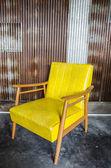 żółte ściany krzesło i cynku — Zdjęcie stockowe