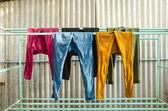 乾燥に物干しにカラフルなズボン — ストック写真