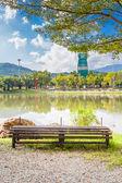 старый стул и пруд в саду в чианг май, таиланд. — Стоковое фото