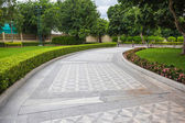 Stone Pathway in a Lush Green Park — Foto Stock