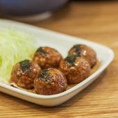 японские закуски, takoyaki и говядины крупным планом — Стоковое фото