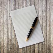 Opmerking papier en pen op hout achtergrond — Stockfoto