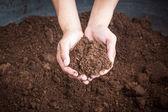 Musgo de turfa dos solos por lado mulher — Fotografia Stock
