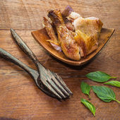 Grilled chicken on wood table — Stock fotografie