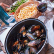 Steamed mussels with fries and wine — Stock Photo