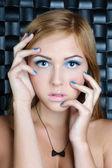 Krásná mladá nahá žena s světlý make-up nosí náhrdelník — Stock fotografie