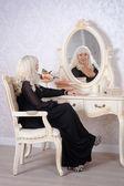 Mulher bonita loira em um quarto de luxo — Fotografia Stock