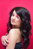 Muchacha hermosa con maquillaje brillante y el pelo largo y rizado — Foto de Stock