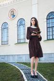 Giovane donna con una bibbia — Foto Stock