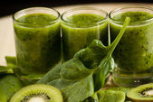 Fresh green smoothie with spinach and kiwi — Stock Photo