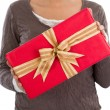 Woman holding Christmas present — Stockfoto