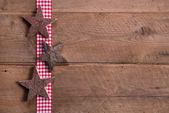 Houten kerstmis sterren op geruite lint — Stockfoto