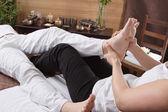 Mãos de massagem nos pés fazendo mulher — Fotografia Stock
