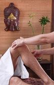 Mãos de mulher fazendo massagem no feets — Fotografia Stock