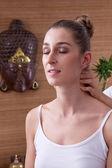 νεαρή γυναίκα απολαμβάνοντας μασάζ — Φωτογραφία Αρχείου