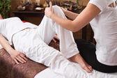 Mãos de mulher fazendo massagem — Fotografia Stock