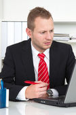 Businesss człowiek z brakiem koncentracji — Zdjęcie stockowe