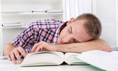 Student sleeping at desk — Stockfoto