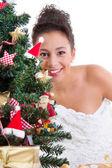 Señora detrás de árbol de Navidad — Foto de Stock