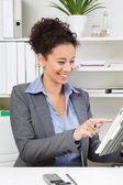 Kvinna leker med tabletpc — Stockfoto