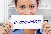 Mulher com sinal e-commerce — Fotografia Stock